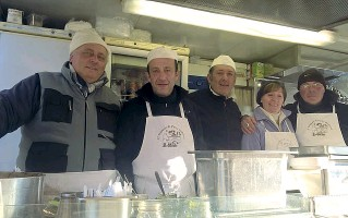 ??  ?? Da sinistra Marione, i due tassisti Fabio e Simone, Manola, la moglie di Marione e il terzo tassista che ha rilevato il chiosco Nicolò