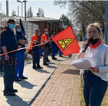 ?? Foto: Heike Weißapfel ?? Warnstreik vor den Werkstoren von Alstom: Anne Borchelt, Gewerkschaftssekretärin der IG Metall in Hennigsdorf, hielt eine von vielen Trillerpfeifen zustimmend begleitete Rede.