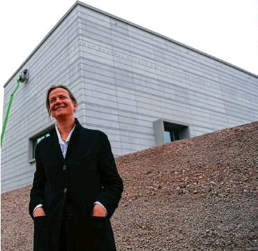 ?? FOTO: SASCHA FROMM ?? Die Architektin und ihr Baukunstwerk: Heike Hanada steht am Tag vor dessen Eröffnung vor dem Bauhaus- Museum zu Weimar.