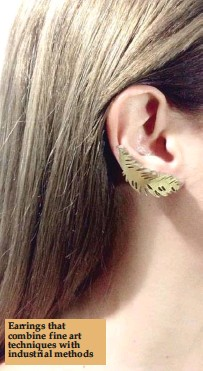 ??  ?? Earrings that combine fine art techniques with industrial methods
