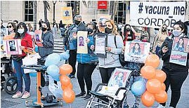 ?? JOSÉ HERNÁNDEZ ?? EN CÓRDOBA. La protesta de padres y madres ayer, frente al Patio Olmos.