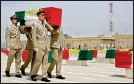 ??  ?? File picture shows Iraqi Kurdish police officers carrying a coffin draped with the Kurdish flag (AFP/File)