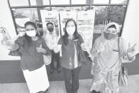 ?? — Gambar Bernama ?? V UNTUK VAKSIN: Guru Sekolah Menengah Kebangsaan (SMK) Bandar Sunway, Chan Han Hua, guru Sekolah Kebangsaan (SK) Putrajaya Presint 14(1), Che Zaini, guru SMK Putrajaya Presint 11 (1), P Suguna Devi dan guru SK Putrajaya Presint 11 (1), Badaruddin Yahya kelihatan gembira dan bersemangat selepas menerima suntikan vaksin COVID-19 jenis Pfizer BioNTech di Pejabat Kesihatan Putrajaya, Presint 11, Putrajaya semalam.