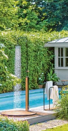 ?? Foto: Garpa, dpa ?? Viele träumen von einem kleinen Pool im eigenen Garten. Ehe man ein solches priva‰ tes Schwimmbad baut, gilt es vieles zu beachten.