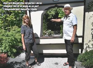 ??  ?? Klas och Margaretha vid porten i deras trädgård. Det är en kopia av en port i tempelområdet Daisen-in i Kyoto.