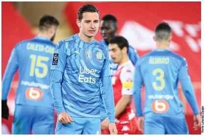 ??  ?? Le dépit de Florian Thauvin lors de la défaite de l'OM Monaco 1-3) samedi.