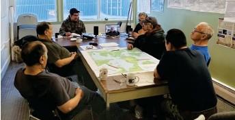 ?? Jimmy Oleekatalik photo ?? Elders in Taloyoak meet to discuss the Niqihaqut food sovereignty project.