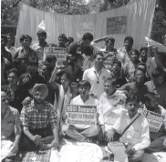 ?? — BUNNY SMITH ?? NSUI ac­tivists protest to de­mand hos­tel ac­co­mo­da­tion for DU stu­dents at North Cam­pus on Mon­day.