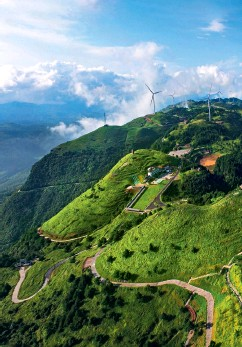??  ?? A wind power project in a picturesque mountain range in Yiling District of Yichang City, central China's Hubei Province.