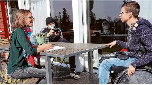 """?? Foto: Simon Scherrenbacher ?? Unter dem Titel """"Hannes und die Bürgermeister""""interviewt Hannes (rechts) mehrere Rathaus-Chefs aus dem Kreis. Der Film wird zum Gleichstellungstag für Menschen mit Behinderungen gezeigt. Annette Wanner (links) begleitet Hannes bei dem Projekt."""