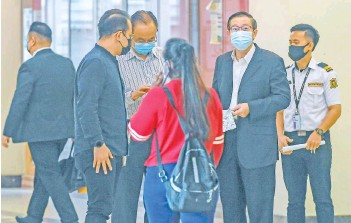 ??  ?? Lim Guan Eng (second right) arriving at the High Court Complex in Kuala Lumpur yesterday. - Bernama photo