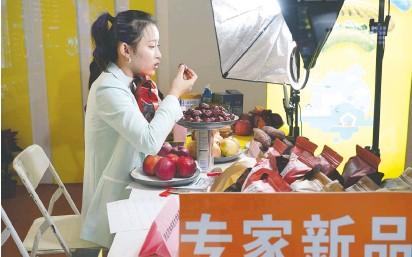 ??  ?? 10月22日,一名主播在农高会阿里巴巴的展位上直播带货农产品 新华社图