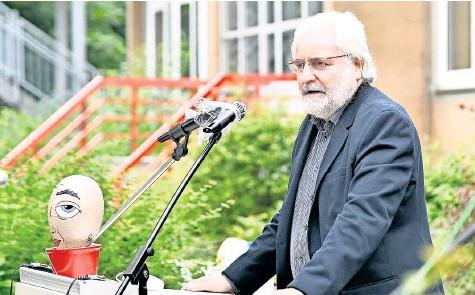 ?? FOTO: RALF BÜCHLER ?? Berthold Fritsch, Schulleiter der Haupt- und Realschule Edemissen, bei der Verabschiedung der Schulabgänger 2021. Es war eine seiner letzten Amtshandlungen.