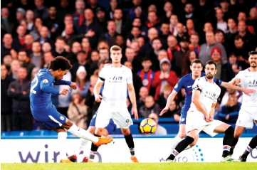 ?? - AFP photo ?? Chelsea's Brazilian midfielder Willian (L) scores the opening goal during the English Premier League football match between Chelsea and Crystal Palace at Stamford Bridge in London on March 10, 2018.