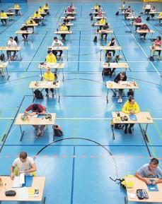 ?? FOTO: FELIX KÄSTLE/DPA ?? Abitur in Corona-Zeiten: Die Schüler und Schülerinnen des Ravensburger AlbertEinstein-Gymnasiums lösten ihre Prüfungsaufgaben im Mai in der Sporthalle der Schule, um die nötigen Abstände einzuhalten.