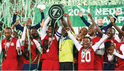 ?? Picture: Backpagepix ?? CHAMPIONS! Tshakhuma FC players celebrate with the trophy after they beat Chippa United in the final of the Nedbank Cup at Free State Stadium in Bloemfontein on Saturday.