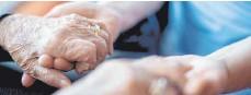 ?? FOTO: TOM WELLER/DPA ?? Nähe und Zusammensein: Auch in der Pandemie gibt es Mittel und Wege, um Einsamkeitsgefühlen bei Pflegebedürftigen vorzubeugen.
