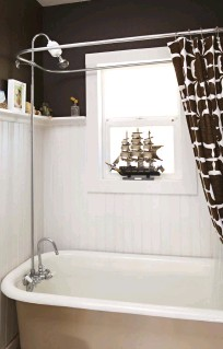 ??  ?? THE RICHBROWN and soft white of the bathroom create a serene atmosphere, contrasting with the home's dramatic color scheme. Despite the bathroom's calm colors, trinkets are tucked everywhere, adding their own whimsical touches.