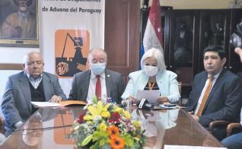 ??  ?? Darío Caballero Bracho, Alfredo Estigarribia, Marta Portillo y José Wilfrido Escobar ayer, durante la conferencia de prensa en el Centro de Despachantes de Aduana del Paraguay.