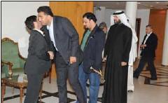 ??  ?? رئيس المستشارية الإيرانية عباس خامه يار يستقبل المعزين )قاسم باشا(