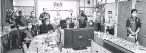 ??  ?? UNTUK ALBUM: Para pengetua dan wakil sekolah yang menerima insentif merakamkan kenangan bersama Ahli (duduk, dua kanan), Aphong (duduk, kiri) serta yang lain.