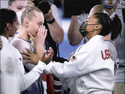 ?? SIMONE BILES Wally Skalij Los Angeles Times ?? greets Angelina Melnikova of the Russian Olympic Committee team that won gold in the final after Biles withdrew.