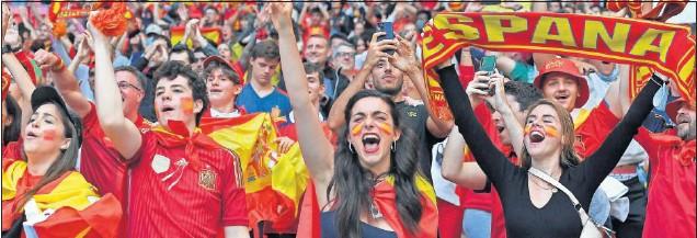 ??  ?? Más de 9.000 españoles, residentes en Inglaterra, acudieron a Wembley para animar sin descanso a nuestra Selección. Dieron una lección de comprmiso y fueron el jugador nº 12.