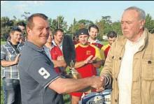 ??  ?? Pour sa dernière saison en tant que président, Sébastien Dejean (à g.) se félicite de ce trophée (remis par G.barrovecchio, à d.) qui récompense l'esprit et les valeurs qu 'il a réussi à insuffler à ce club.