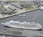 ?? The Yomiuri Shimbun ?? This aerial photo shows the Asuka II cruise ship at the Osanbashi Yokohama International Passenger Terminal in Yokohama on Saturday.