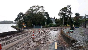 ?? Picture: Ken Curtin ?? The mudslide which closed part of the Cobh to Fota Road at Carrigaloe at the bottom of Donegal Hill yesterday.