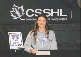 ?? SUBMITTED PHOTO ?? Alli Pahl signs a letter of intent with to play women's hockey with the University of St. ThomasMinn­eapolis.