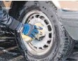 ?? FOTO: KLAUS-DIETMAR GABBERT/DPA ?? Für den wirksamen Felgenputz sind etwas Zeit und oft auch ein guter Reiniger nötig.