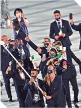 ??  ?? La delegación argeliana a su ingreso al estadio olímpico en la inauguración.