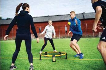 ?? FOTO: MIKAEL ANDERSSON ?? POPPIS. Spikeball blir allt mer populärt, och är enligt Västerortsgruppen en sport som passar alla.