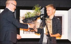 ??  ?? VANT PRIS: Kultursjef i Notodden kommune, Terje Malm, kunne gratulere Halvor Kristoffersen (16) fra Sauland som vinner av novellekonkurransen «Skriv!».