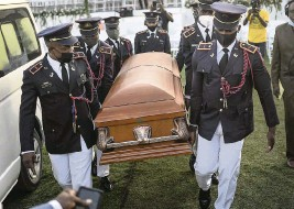 ?? MATIAS DELACROIX AP ?? Police carry the coffin of slain Haitian President Jovenel Moïse on Friday.