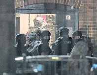 ??  ?? Armed po­lice at a block of flats in Read­ing