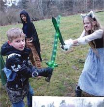 ??  ?? UTVECKLANDE. Gaius Muammar och Viola Blommé försöker lösa problemet med att jorden har gått under.