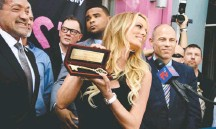 ?? ROBYN BECK/AFP/GETTY IMAGES ?? Mayor John Duran, left, presents the key to Stormy Daniels.