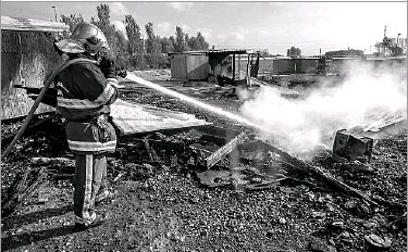 ?? Photos by Philippe Huguen/Agence France-Press ?? Little remained Tuesday of the camp in the Dunkirk suburb of Grande-Synthe, France. The fire scattered the migrants from the camp, and many have not been found. Ten were taken to the hospital with slight injuries.