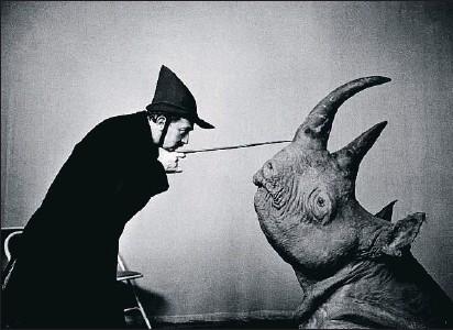 ?? Los cuernos. ARCHIVOS HALSMAN ?? Las intuiciones delirantes de Dalí sobre la curva logaritmica perfecta del cuero del rinoceronte encontraron eco en las fotos de Philippe Halsman.