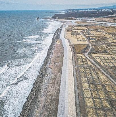 ?? Nyt ?? Un nuevo malecón se eleva frente al Pacífico, cerca de la planta nuclear dañada de Fukushima