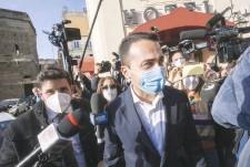 ??  ?? In strada Il ministro degli Esteri Luigi Di Maio, 34 anni, dopo il vertice
