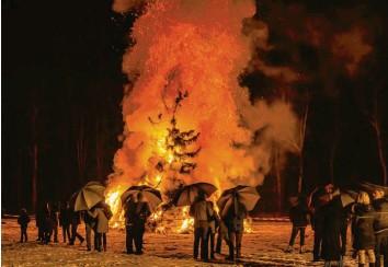 ?? Archivfoto: Erich Herrmann ?? So sah das Funkenfeuer in Leipheim vor sechs Jahren aus – dieses Jahr wird das Spektakel ausfallen.