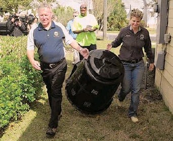 ?? / Suministrada ?? El nuevo programa de compostaje doméstico del municipio forma parte de 'Green Works Orlando'. En la foto, el alcalde Buddy Dyer (izq.) y la comisionada Pat Sheehan.
