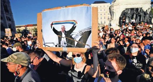 ?? Foto Marton Monus/Reuters ?? Protesti v središču Budimpešte proti madžarskemu premieru Viktorju Orbánu in spornemu zakonu