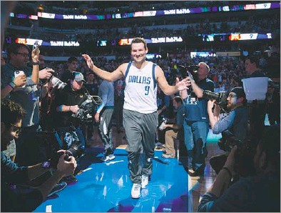 ?? Ashley Landis/Staff Photographer ?? Former Cowboys quarterback Tony Romo is introduced before Tuesday's home finale against the Nuggets at American Airlines Center. Romo came out on the floor with the rest of the Mavericks and even hit a few 3-pointers in warmups.