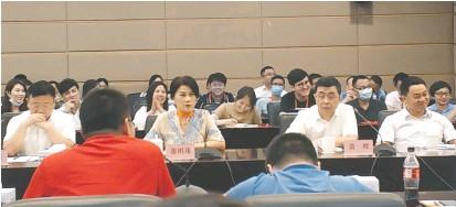 ??  ?? 格力电器股东大会上,董明珠左手边即为黄辉每经记者 陈鹏丽 摄