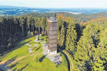 """?? FOTO: SCHWÄBISCHER ALBVEREIN ISNY ?? Seit 50 Jahren steht der """"neue""""Aussichtsturm auf der höchsten Erhebung Württembergs, dem 1118,5 Meter hohen Schwarzen Grat, im Hintergrund ist Isny zu erkennen."""