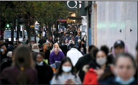 ?? ALBERTO PEZZALI — THE ASSOCIATED PRESS ?? People walk along Oxford Street, London, Wednesday, as Britain prepares to join large swathes of Europe in a coronaviru­s lockdown designed to save its health care system from being overwhelme­d.